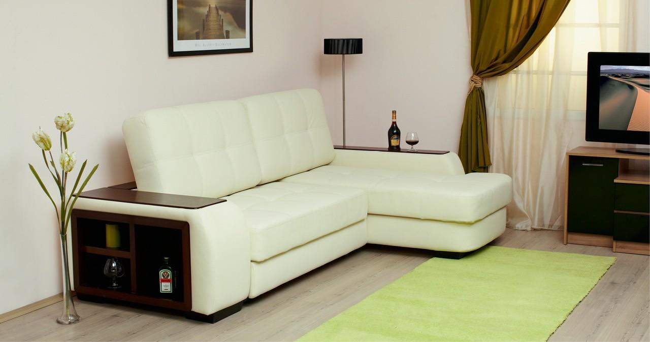 небольшой угловой диван в гостиной