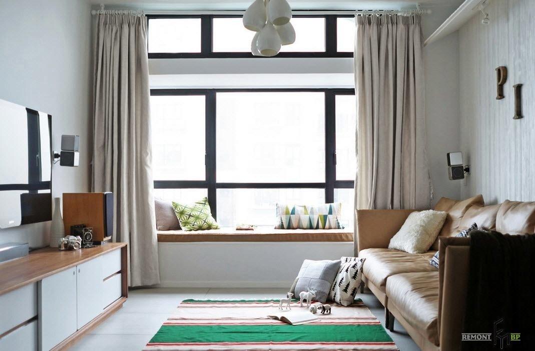 дизайн узкой гостиной с диваном подоконником