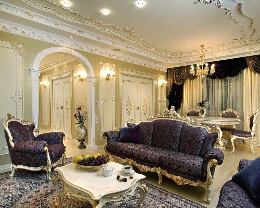Мебель с элементами резьбы в классической гостиной