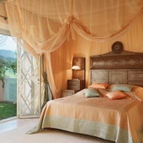 драпировка стен спальни
