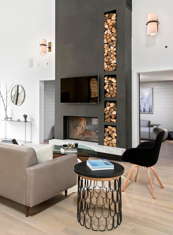 Дрова в портале камина в гостиной современного стиля