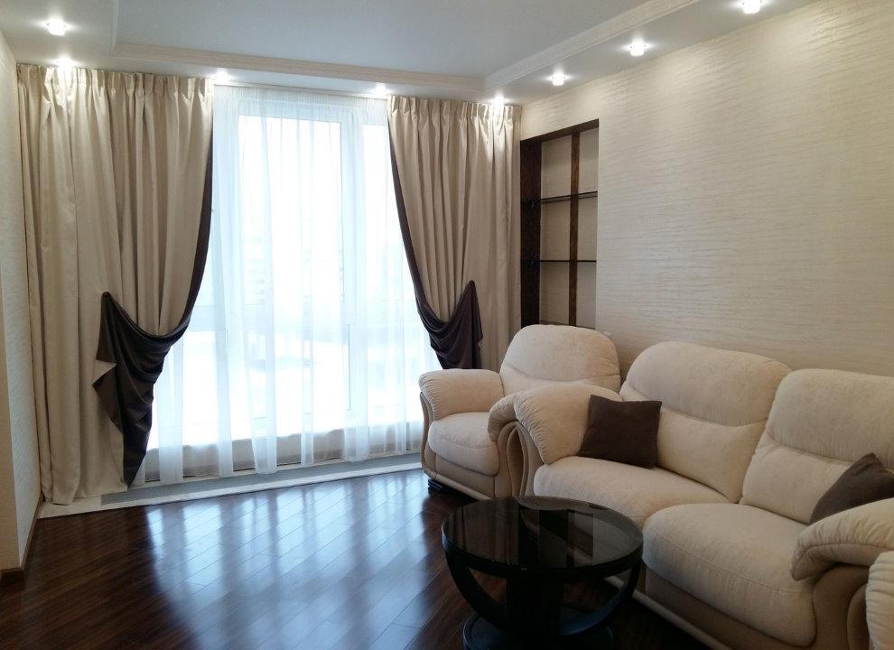 Двухсторонние занавески в гостиной городской квартиры