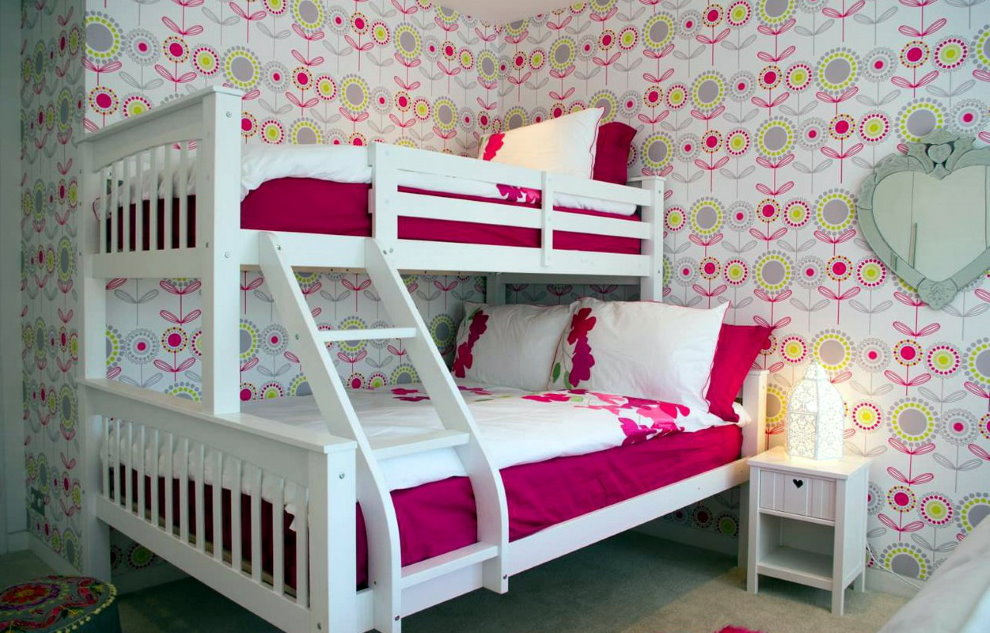 Двухъярусная кровать с деревянным каркасом белого цвета