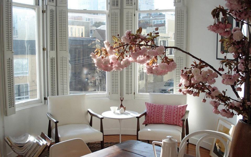 Место для чаепития в эркере гостиной многоэтажного дома