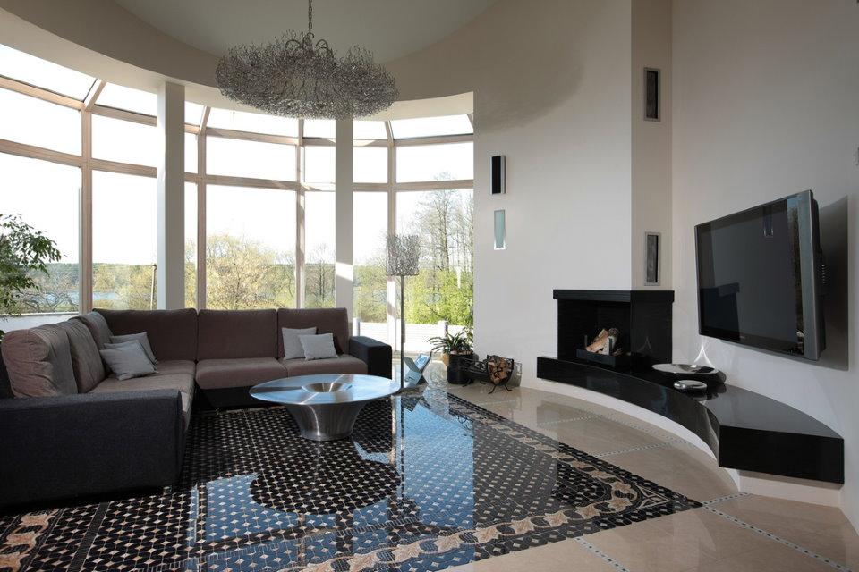 Панорамное остекление эркера гостиной в стиле хай тек