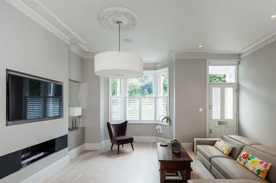 Небольшой эркер в гостиной стиля минимализм