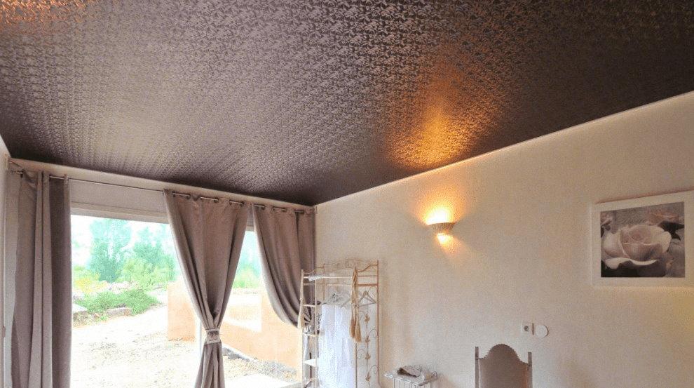 Фактурный сатиновый потолок в гостиной квартиры