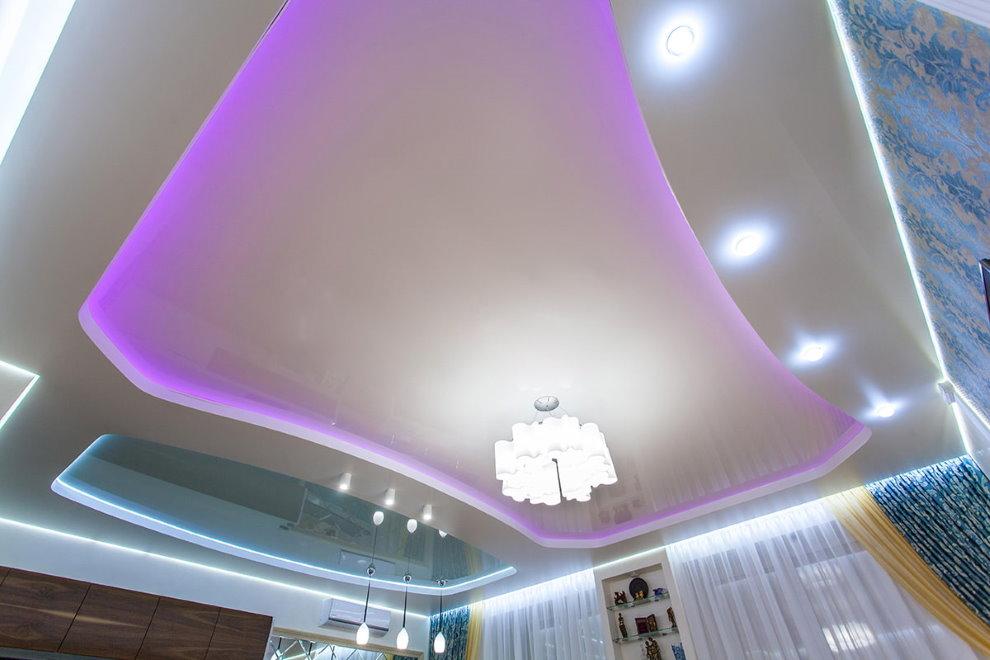 Потолок гостиной с фиолетовой подсветкой