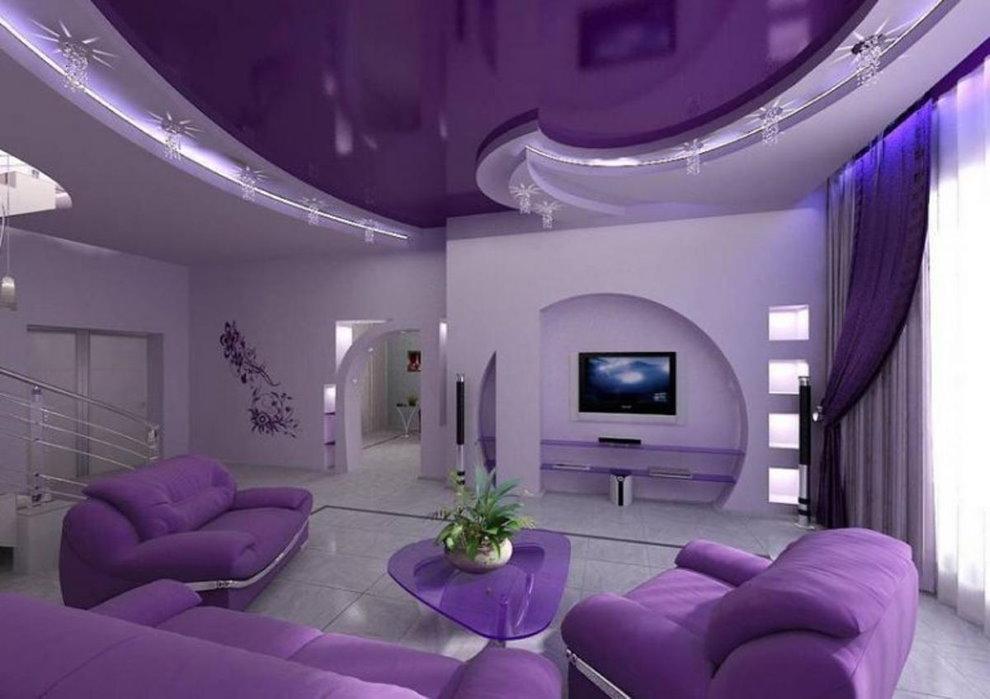 Фиолетовый потолок зала в современном стиле