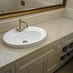 Позолоченная рама зеркала в ванной комнате