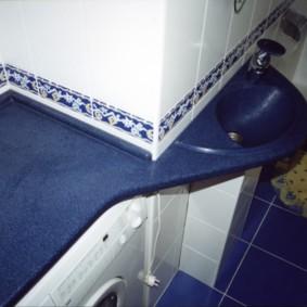 Синяя столешница в совмещенном санузле