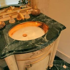 Столешница под мрамор в ванной классического стиля