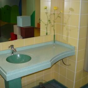 Подвесная столешница в ванной панельного дома