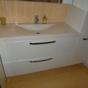 Белая тумба с выдвижными ящиками