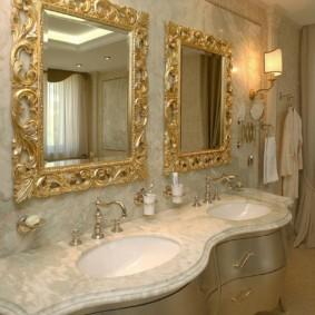 Зеркала с позолоченными оправами в ванной комнате