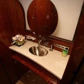 Круглое зеркало на стене ванной