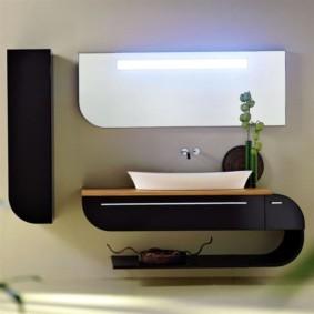 Стильная столешница в ванной городской квартиры