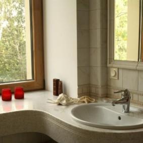 Столешница вместо подоконника в ванной частного дома