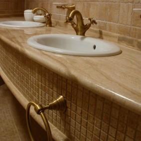 Держатель для полотенца под раковиной в ванной