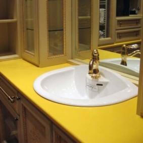 Белая раковина в желтой столешнице