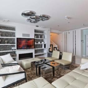 Хромированный светильники на белом потолке