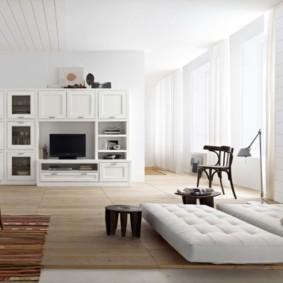 Белые шторы в просторной гостиной