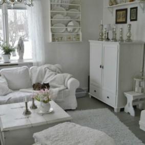 Белый комод в углу гостиной