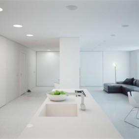 Интерьер белого зала в стиле минимализма