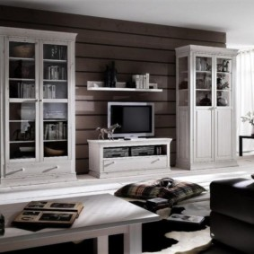 Книжные шкафы в гостиной деревянного дома