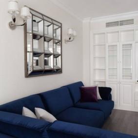 Темно-синий диван в уютной гостиной
