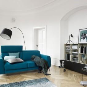 Раскладной диван в белой комнате