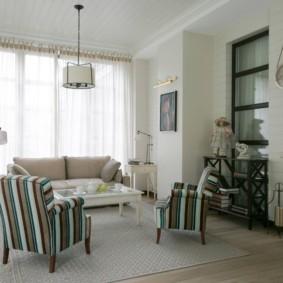 Мягкие кресла с полосатой обивкой