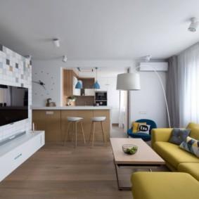 Горчичная обивка дивана в гостиной
