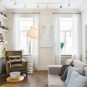 Белые занавески на узких окнах
