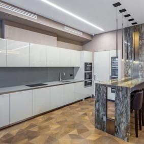 Белые фасады без ручек в современной кухне
