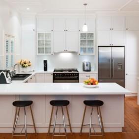 Освещение на кухне с белым гарнитуром