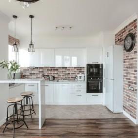 Кирпичная отделка стен кухни с белой мебелью