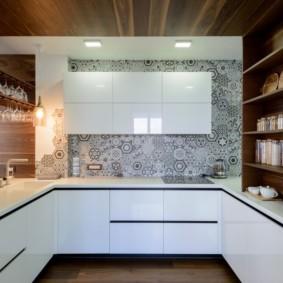 Деревянная отделка потолка кухни