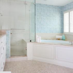 Светлая ванная комната с угловой чашей