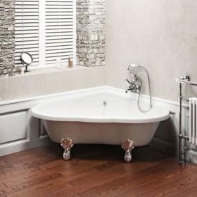 Угловая ванна на ножках в комнате загородного дома