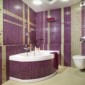 Фиолетовая плитка на стене ванной