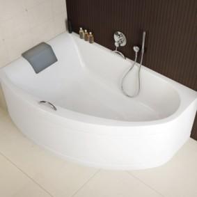 Белая ванна с толстыми стенками