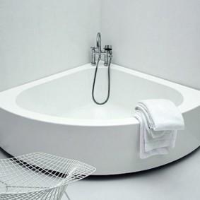 Угловая ванна с низкими бортиками
