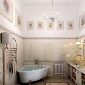 Интерьер ванной комнаты с высоким потолком
