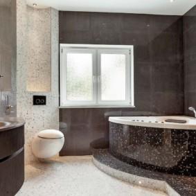 Подвесной унитаз на стене ванной