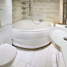 Небольшая ванна в санузле панельного дома
