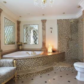 Мягкое кресло в ванной комнате