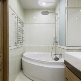 Узкая ванная с угловой купелью