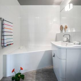 Дизайн ванной комнаты с потолком серого цвета