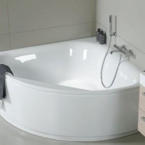 Компактная ванна угловой формы